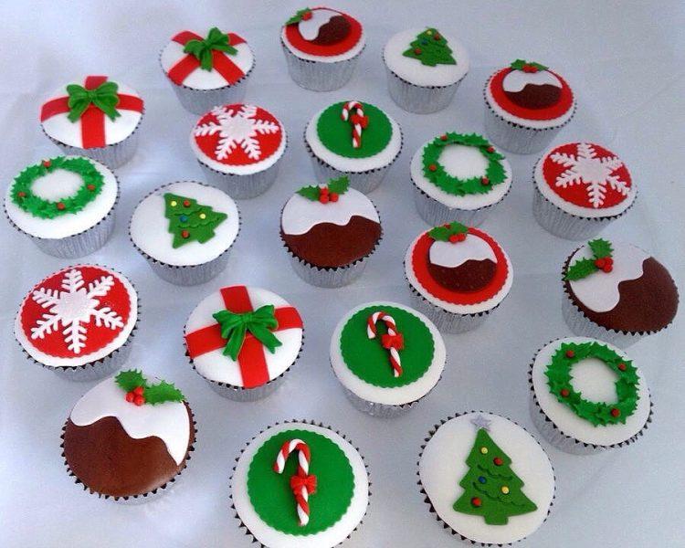 Рождественские кексы с орехами и украшением из мастики