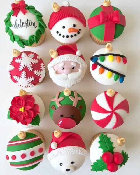 Рождественские кексы с орехами и украшением мастики