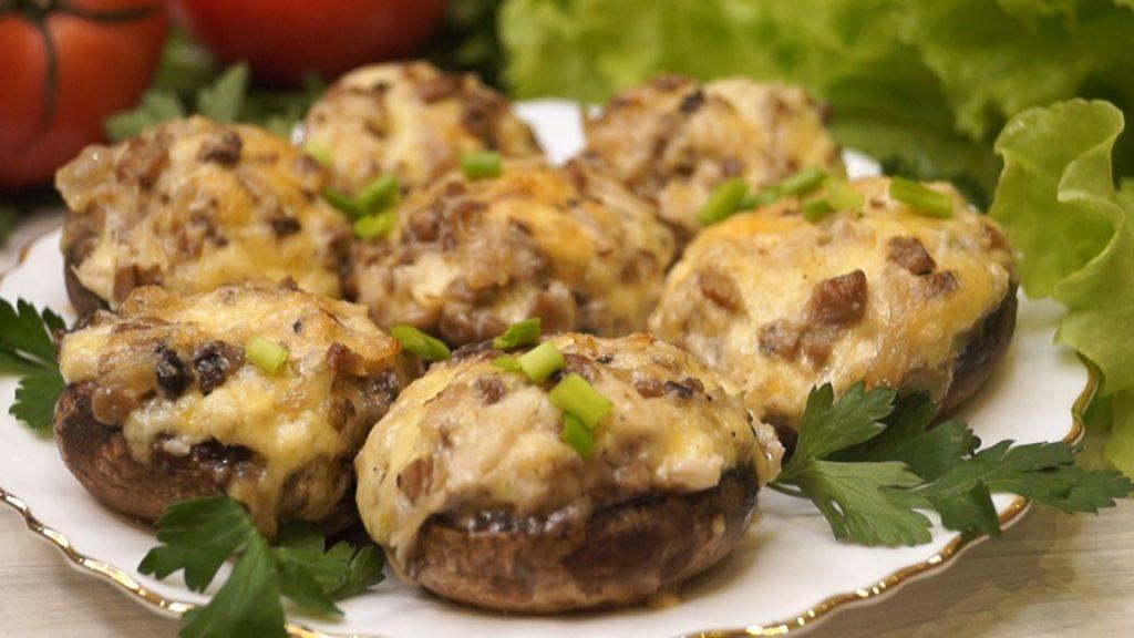 Шампиньоны, фаршированные сыром и чесноком, с ножками, маринованными в соусе «Спайси»